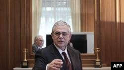 Thủ tướng Hy Lạp Lucas Papademos chào đón các thành viên công đoàn trong 1 cuộc họp ở Athens, 4/1/2012