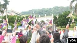 藏青会台湾分会故宫前集会(美国之音申华拍摄)