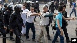 Сторонники смещенного президента Египта Мохаммеда Морси, арестованные в ходе столкновений с полицией. Каир. 6 октября 2013 г.