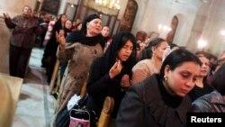 قبطی عیسائی ایک دعائیہ تقریب میں شریک (فائل)