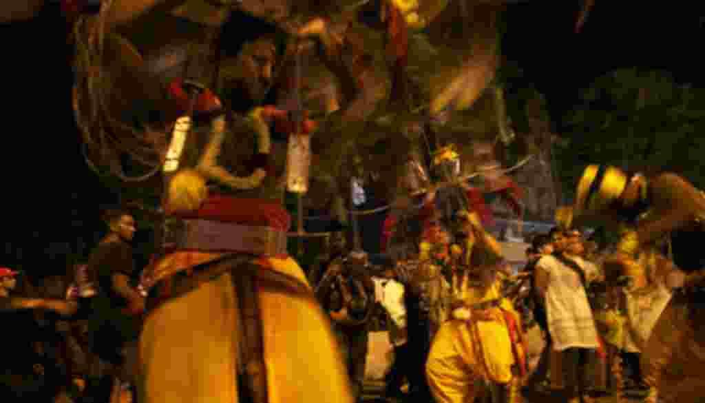 زائران با خود بارهایی را به دوش می کشند که به «کاوادیس» معروف هستند و آن ها را به عنوان فدیه به «لرد موروگان» تقدیم می کنند. بعضی از زائران در مسیر خود به معبد ادعا می کنند که وجودشان از روح خدا مملو شده و در حالی که به سوی معبد رهسپار می شوند، در راه می
