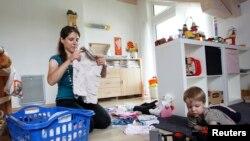 Memilih untuk tinggal di rumah dan menjadi ibu rumah tangga sepenuhnya, merupakan pilihan yang tidak mudah bagi rata-rata perempuan di Amerika (foto: dok).