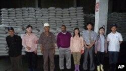 남포항을 통해 100만 달러 상당의 콩 900t과 밀 373t을 지원한 인도 정부 관계자들