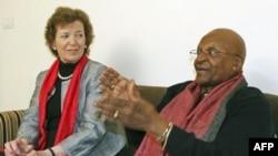 Đức Tổng giám mục Nam Phi Desmond Tutu (phải), và cựu Tổng thống Ireland Mary Robinson trong một cuộc phỏng vấn ở New Delhi, Ấn Độ hôm 8/2/12