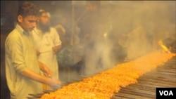 کراچی کی فوڈ اسٹریٹ میں آرڈر پر قربانی کے گوشت کے سیخ کباب تیار کئے جارہے ہیں۔