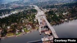El nuevo puente flotante SR 520 junto al actual puente en Medina, Washington. Cerca de 100 inversores extranjeros, mayoritariamente de China compraron bonos muinicipales en el proyecto para acceder a tarjetas verdes de residencia (Foto: Cortesía de WSDOT)