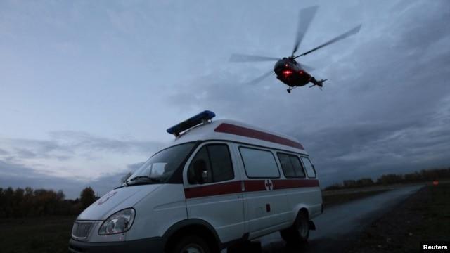 Sebuah helikopter yang membawa petugas medis mengawal sebuah ambulance di wilayah Krasnoyarsk, Siberia (Foto: dok). Sebuah helikopter ambulans dilaporkan jatuh di dekat panti jompo di kota Oklahoma, Jumat (22/2).