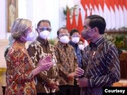 Presiden Jokowi berbincang dengan sejumlah stakeholder di sektor jasa keuangan dari dalam dan luar negeri. (Biro Setpres)