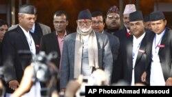 PM Nepal Sushil Koirala (tengah) bersama para tokoh politik Nepal di Kathmandu (foto: dok). Faksi-faksi Nepal sepakat membagi Nepal menjadi 8 negara bagian.