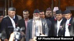Thủ tướng Nepal Sushil Koirala (giữa) được bầu chọn nhờ vào cam kết là sẽ hoàn tất bản hiến pháp bị trì hoãn đã lâu