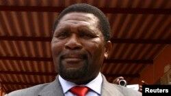 Líder do partido de oposição Unita, Isaias Samakuva vota nas eleições em 2008