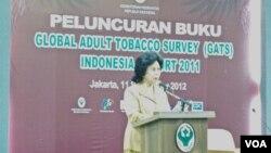 Menteri Kesehatan Nafsiah Mboi meluncurkan buku laporan Global Adult Tobacco Survey Report 2011. (VOA/Fathiyah Wardah)