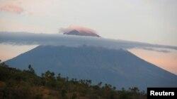 26일 인도네시아 발리섬 아궁 화산이 분화조짐을 보이면서 인근 주민들이 대피했다.
