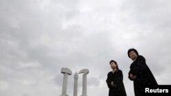북한 평양 당창건기념탑 앞에 외국인 관광객들을 위한 안내원들이 서있다. (자료사진)