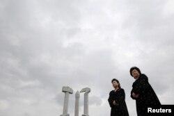 북한 평양 당창건기념탑 앞에 외국인 방문객을 위한 안내원들이 서있다. (자료사진)