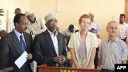Cặp vợ chồng người Anh Paul và Rachel Chandler phát biểu trong 1 cuộc họp báo tại dinh tổng thống ở Mogadishu Somalia, 14/11/2010, cùng với thủ tướng Somalia Mohamed Mohamed Abdulahi, trái, và Cảnh sát trưởng Hassan Sheikh Adan