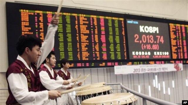 Para pemain perkusi menyajikan atraksi dalam upacara pembukaan untuk menandai dimulainya perdagangan di tahun baru 2013 di Lantai Perdagangan Bursa Seoul, 2 Januari 2013. (AP Photo/Ahn Young-joon)