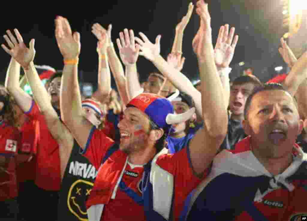 Os fãs da Costa Rica celebram o golo da sua selecção frente à Grécia, na área de lazer preparada para o Mundial em Copacabana, a FIFA Fan Fest, Rio de Janeiro, Brasil, Junho 29, 2014.