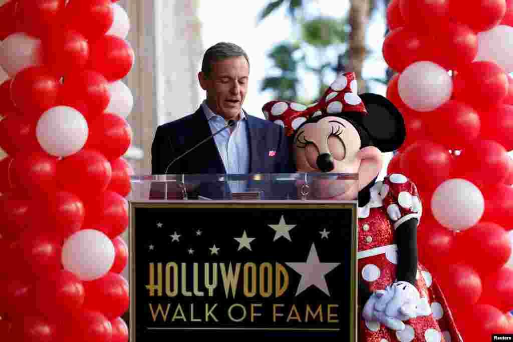 លោក Bob Iger នាយកប្រតិបត្តិនៃក្រុមហ៊ុន Walt Disney ថ្លែងនៅក្បែរតួតុក្កតា Minnie Mouse នៅក្នុងកម្មវិធី Hollywood Walk of Fame ក្នុងទីក្រុង Los Angeles រដ្ឋកាលីហ្វ័រញ៉ា កាលពីថ្ងៃទី២២ មករា ២០១៨។