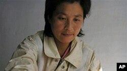 WFP가 제공한 식량을 아이에게 먹이는 북한 여성 (자료사진)