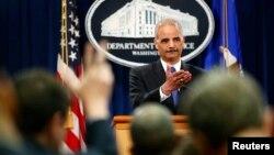 El Fiscal General de EE.UU., Eric Holder, informó que había ordenado investigar si el IRS violó alguna ley.
