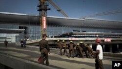 Korea Utara mengerahkan ribuan tentara untuk bekerja kilat, menyelesaikan pembangunan bandar udara untuk ibukota mereka, Pyongyang (Foto: dok).