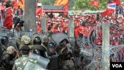 Ribuan demonstran Kaos Merah beradu dengan pasukan Thailand di Bangkok, 9 April 2010.