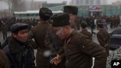 북한 평양에서 한 군인이 담배를 피고 있다. (자료사진)