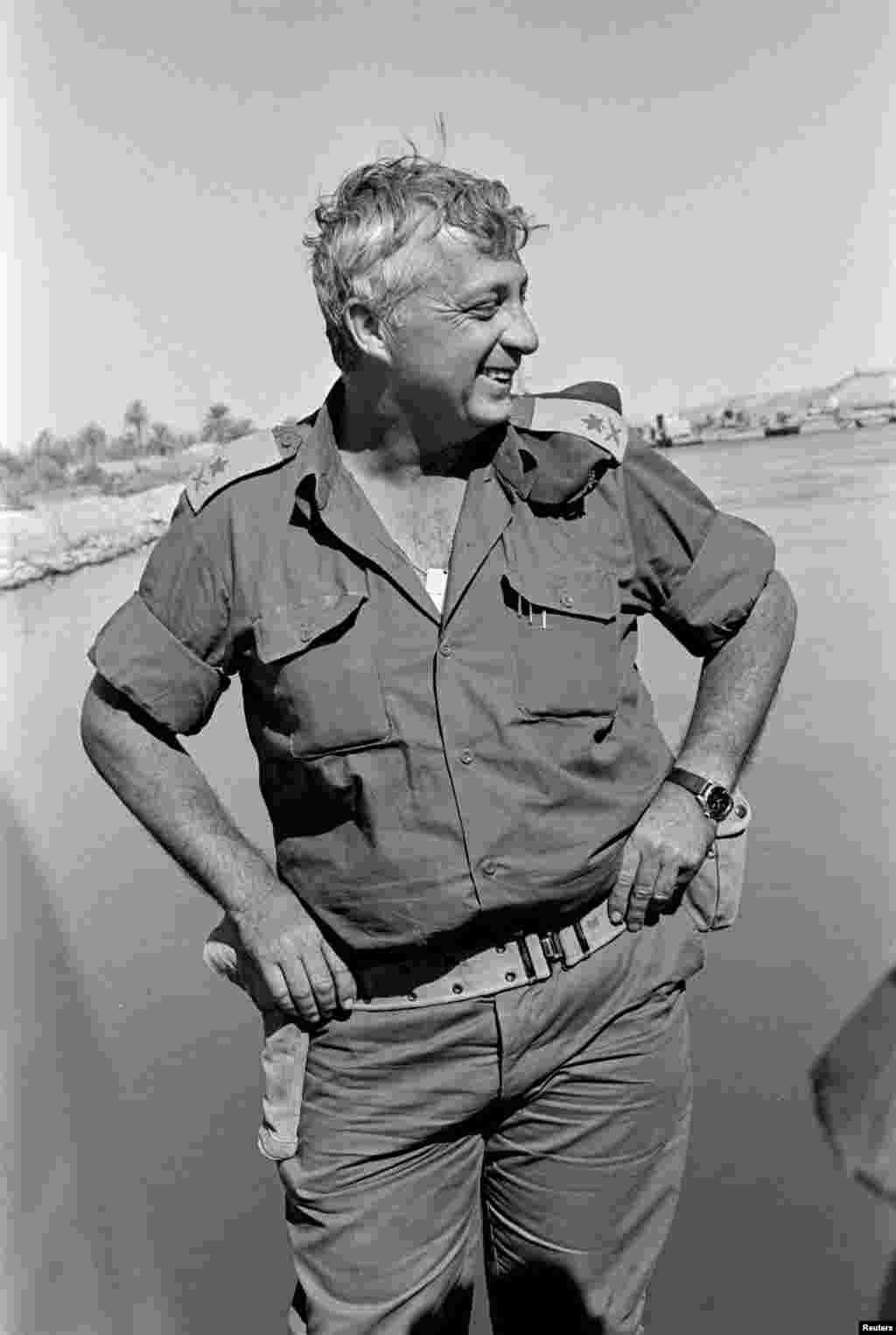 O Major General  israelita na Reserva, Ariel Sharon, sorri junto ao Canal do Suez, ocupado na altura por Israel, Out. 31, 1973.