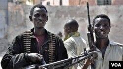 Anggota pasukan polisi Somalia berpatroli di sebuah jalan di Mogadishu (foto: dokumentasi).