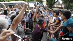 Người biểu tình chống Trung Quốc hô khẩu hiệu gần sứ quán Trung Quốc ở Hà Nội, 8/7/2012