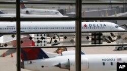 Delta alentó a los viajeros a cambiar sus planes de viaje, sin incurrir en una tarifa de cambio, si estaban programados para vuelos a través de Atlanta durante el fin de semana.