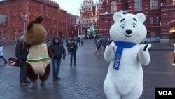 莫斯科红场附近的索契冬奥会吉祥物(美国之音白桦拍摄)