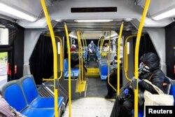 Para penumpang bis kota di New York berusaha jaga jarak di tengah penyebaran virus corona di New York, April 2020 (Dok: REUTERS/Eduardo)