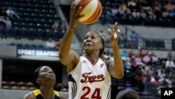 Una de las basquetbolistas profesionales de la WNBA incluidas en el programa es Tamika Catchings (al centro).