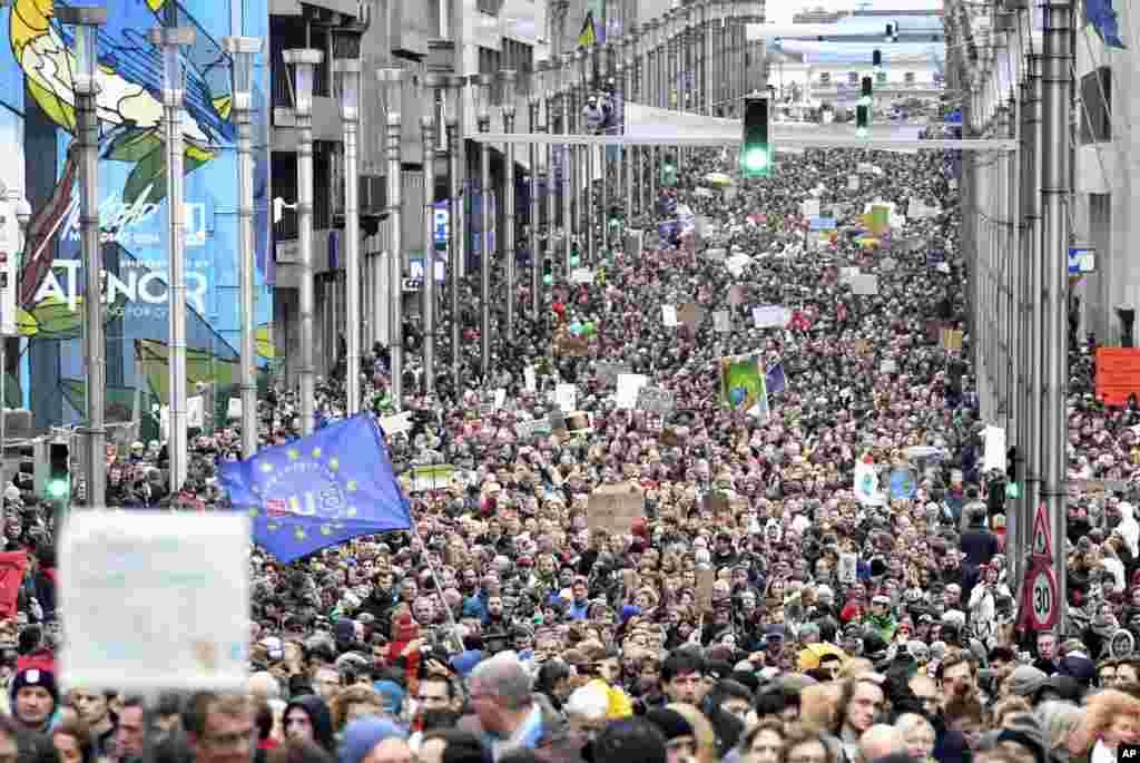 បាតុករដើរក្បួន «យកអាកាសធាតុយើងមកវិញ ឬ Claim the Climate» នៅក្នុងតំបន់ EU Quarter ក្នុងក្រុងប្រ៊ុចសែល។ សន្និសីទស្តីពីអាកាសធាតុ COP24 នឹងធ្វើឡើងនៅក្នុងប្រទេសប៉ូឡូញ ចាប់ពីថ្ងៃទី២ ដល់១៤ ខែធ្នូ។