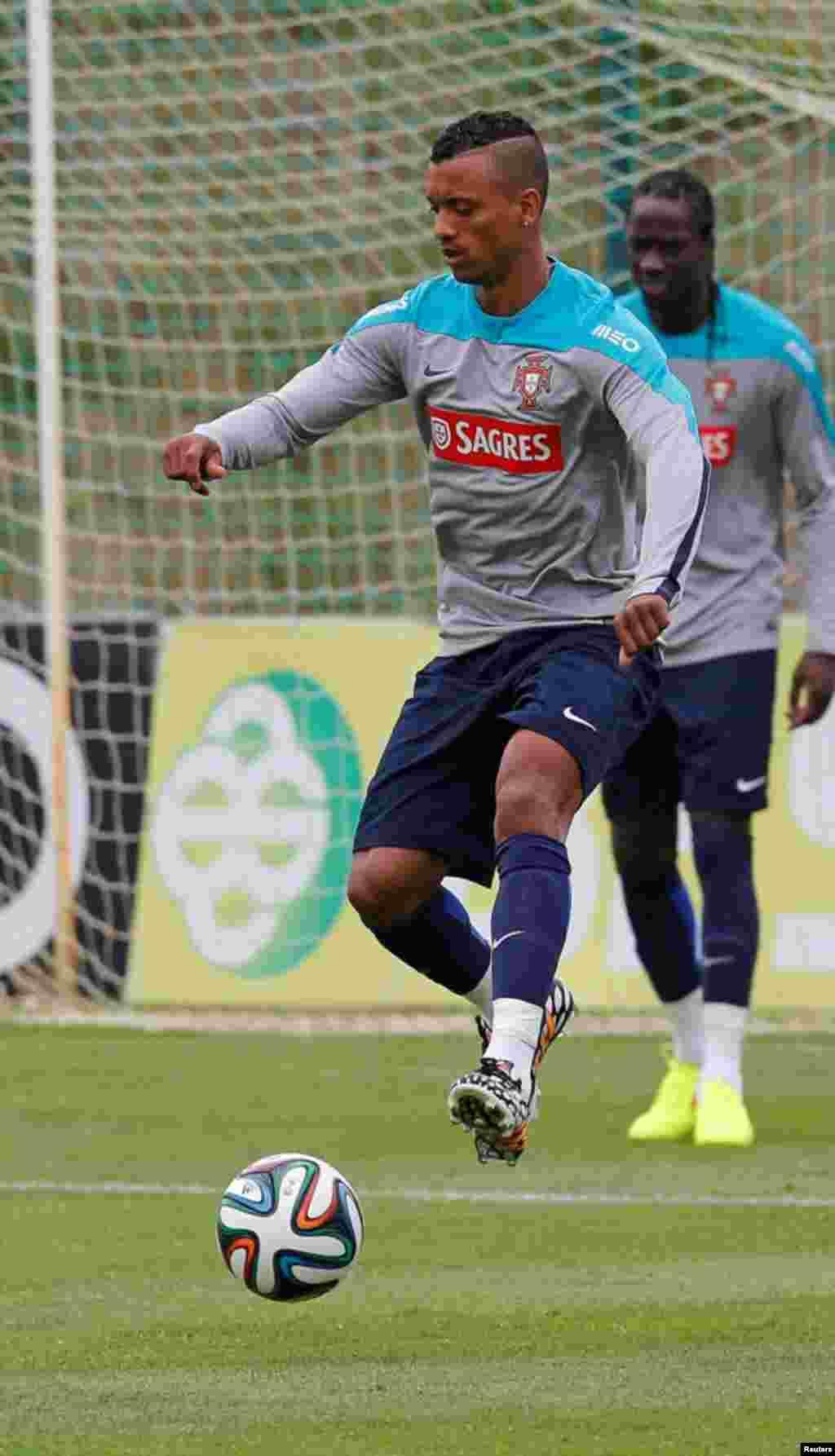 O jogador português, Nani, dribla a bola num treino em Óbidos, Maio 30, 2014, na preparação para o Mundial de Futebol que se realiza em 12 cidades do Brasil de 12 de Junho a 13 de Julho.