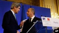 Menteri Luar Negeri Amerika John Kerry (kiri) berjabat tangan dengan Menteri Luar Negeri Perancis Laurent Fabius usai konferensi pers di Paris (27/2).