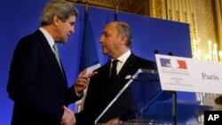 Menteri Luar Negeri AS John Kerry (kiri) bertemu dengan Menteri Luar Negeri Perancis Laurent Fabius di Paris (27/2). (AP/Jacquelyn Martin)
