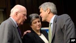 """Ichki xavfsizlik vazirasi Janet Napolitano senatorlar Patrik Lexi va """"America Online"""" korporatsiyasi rahbari Stiv Keys bilan, AQSh Senati, 13-fevral, 2013"""