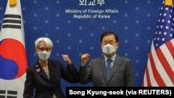 美國副國務卿謝爾曼和韓國外交通商部長官鄭義溶在首爾舉行會談前互相碰肘。(2021年7月22日)