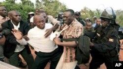 Maafisa wa ulinzi Uganda wakimkamata kiongozi wa upinzani Dr. Kizza Besigye mjini Kampala Aprili 18, 2011