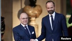法国新任总理爱德华·菲利普2017年5月15日在法国巴黎和前任伯纳德·卡泽纳夫参加权力交接仪式