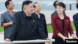 """Rêberê Koreya Bakur Kim Jong Un û jina ku tê gotin """"xanima wî ye"""" bi hevre xwane dibin."""
