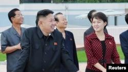 Mediji su nedeljama spekulisali o identitetu ženske osobe koja je pratila severnokorejskog lidera na nedavnim javnim manifestacijama.