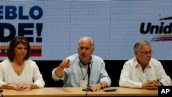 Ex presidente de Colombia Andrés Pastrana (centro), ex presidente de Costa Rica Laura Chinchilla (izq,), ex presidente de Costa Rica Miguel Ángel Rodríguez, durante conferencia de observadores internacionales en referendo simbólico en Caracas, Venezuela. Julio 16, 2017.