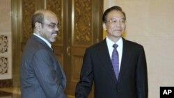 Le Premier ministre chinois Wen Jiabao, à droite, et son homologue éthiopien Meles Zenawi à Pékin le 15 août 2011