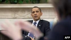 奥巴马倾听其能源和气候变化问题助理的谈话