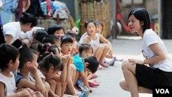 Anak-anak Tiongkok mendapatkan pendidikan di sebuah taman kanak-kanak (foto ilustrasi).