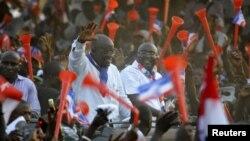 Kandidat Presiden dari partai oposisi 'New Patriotic Party' (NPP), Nana Akufo-Addo (kiri) saat berkampanye di Taman Bermain Anak Sutherland Addy di Accra, Ghana (5/12). Para anggota partai NPP menduga ada penyimpangan dalam pemilu yang menghasilkan kemenangan tipis bagi presiden John Dramani Mahama.